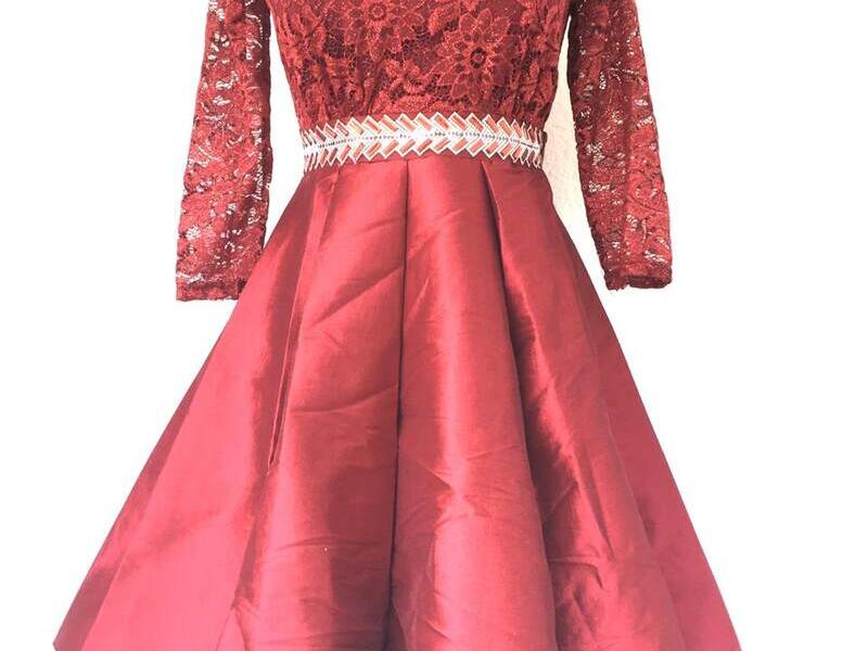 Vestido Corto con Falda y Mangas