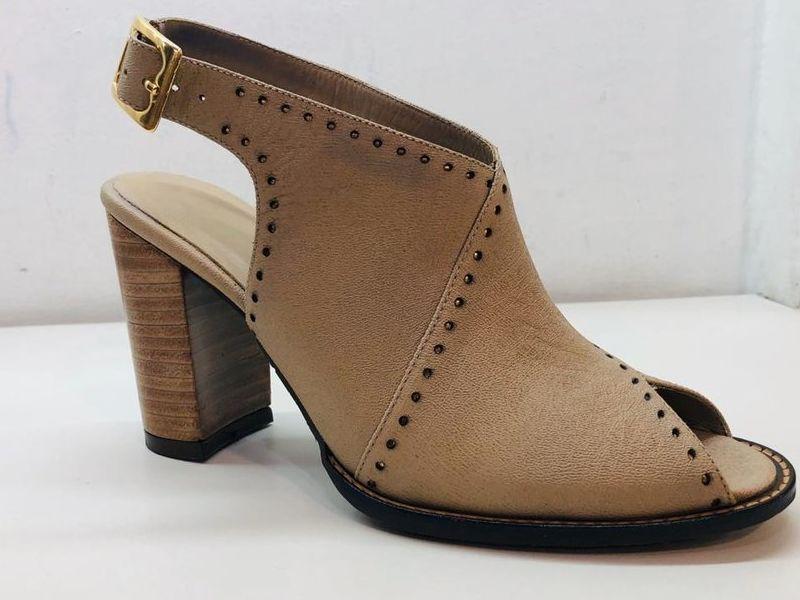 Zapato Casual con Tacón de Cuero Color Beige