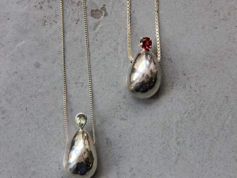Gotas vacías de plata con granate y berilio